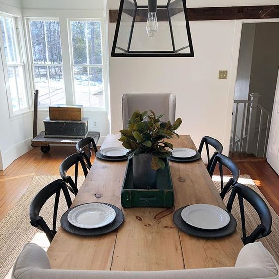 Eclectic Home Tour of The Cobbler Shop on Concord - love the rustic dining room table kellyelko.com #farmhouse #farmhousedecor #interiordecor #interiordecorate #cottagestyle #hometour #housetour #diningroom #diningroomdecor