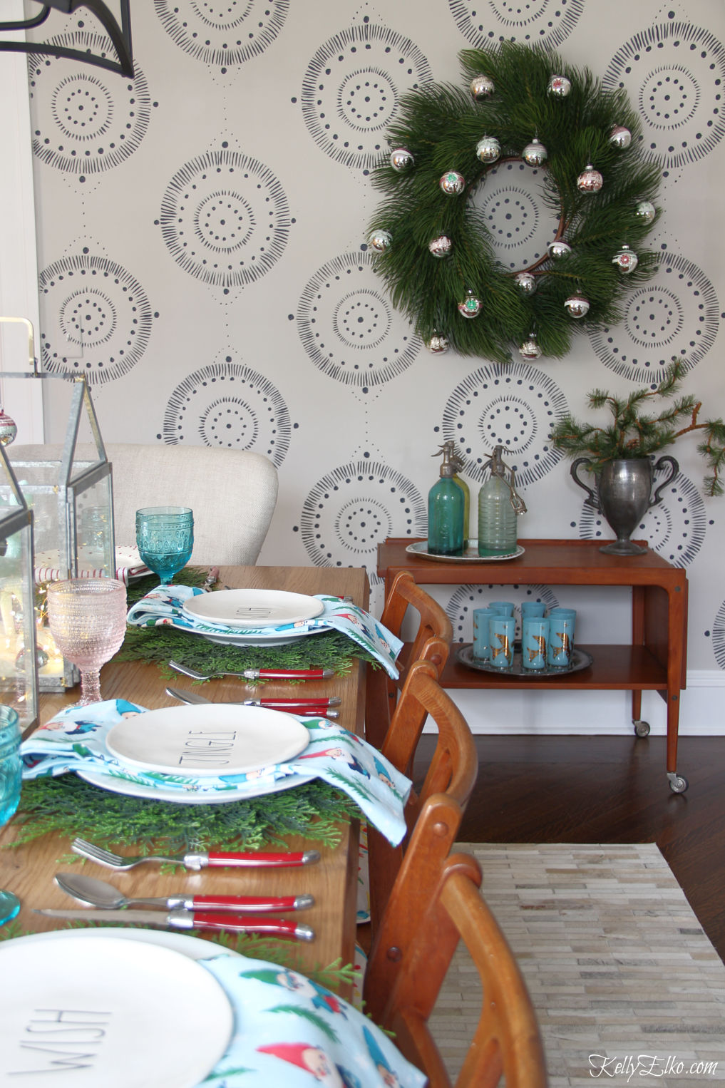 Beautiful Christmas dining room kellyelko.com #christmasdecor #christmasdiningroom #christmaswreath #vintagechristmas #wallmural #diywallart
