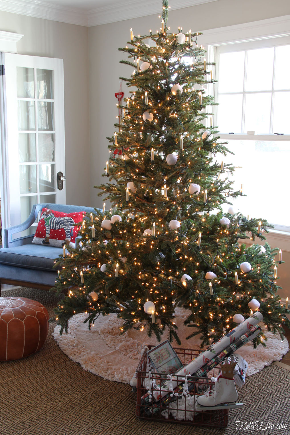 Wow this is the most realistic Christmas tree I've ever seen! Love the candle lights and Moroccan blanket tree skirt kellyelko.com #christmastree #christmasdecor #christmasdecorating #farmhousechristmas #christmaslights #bohochristmas #farmhousechristmas #christmaslivingroom #vintagechristmas #balsamhill