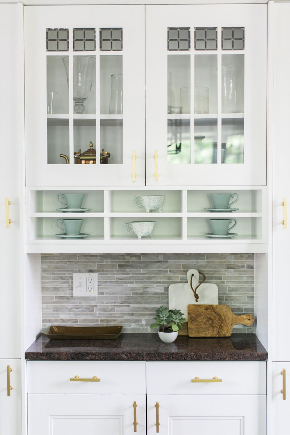 Love this built in hutch to store kitchen essentials kellyelko.com #kitchen #kitchenstorage #kitchencabinet #whitekitchen