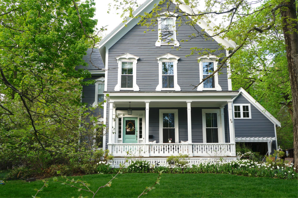 Eclectic Home Tour Finding Lovely - love this charming old home with lots of curb appeal kellyelko.com #oldhouse #oldhome #curbappeal #frontporch #hometour #housetour #vintagedecor #interiordecorate