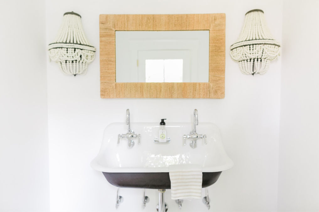 Vintage style sink kellyelko.com #sinks #bathroom #vintagebathroom #vintagedecor