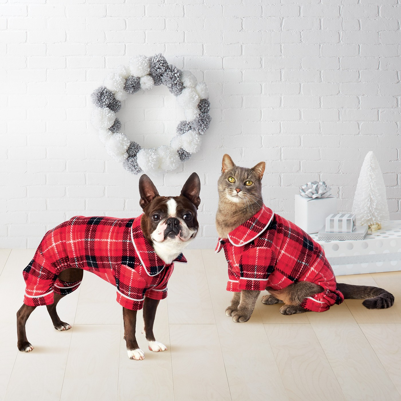 Family Christmas pajamas - love the pet pajamas kellyelko.com #christmaspajamas #christmas #christmastraditions