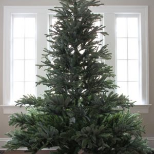 Realistic Christmas tree kellyelko.com #christmastree #christmasdecor #christmasdecorations