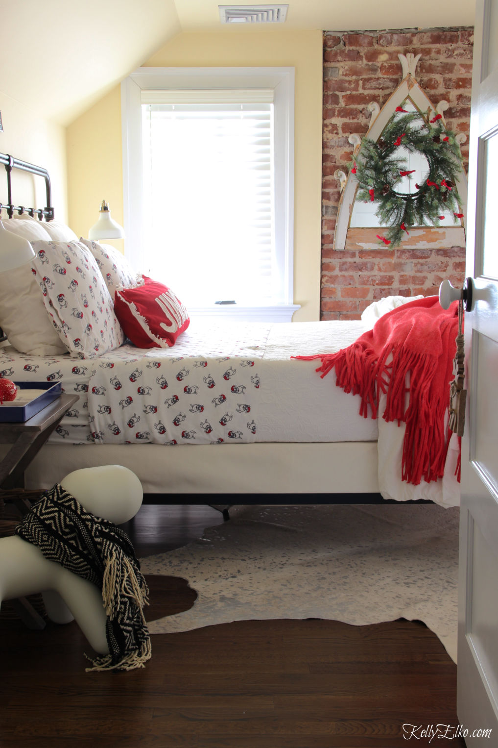 Cozy Christmas Guest Bedroom kellyelko.com #christmas #christmasdecor #christmasdecorations #christmasbedroom #guestbedroom #christmaswreath #christmasbedding
