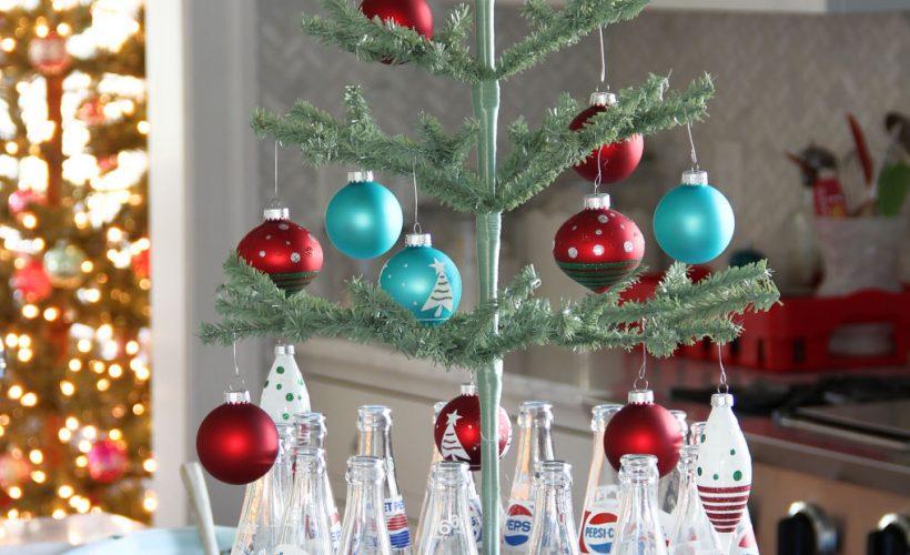 Red teal Christmas kitchen kellyelko.com #christmas #christmaskitchen #christmastree #christmasdecor #vintagechristmas #christmasdecorations