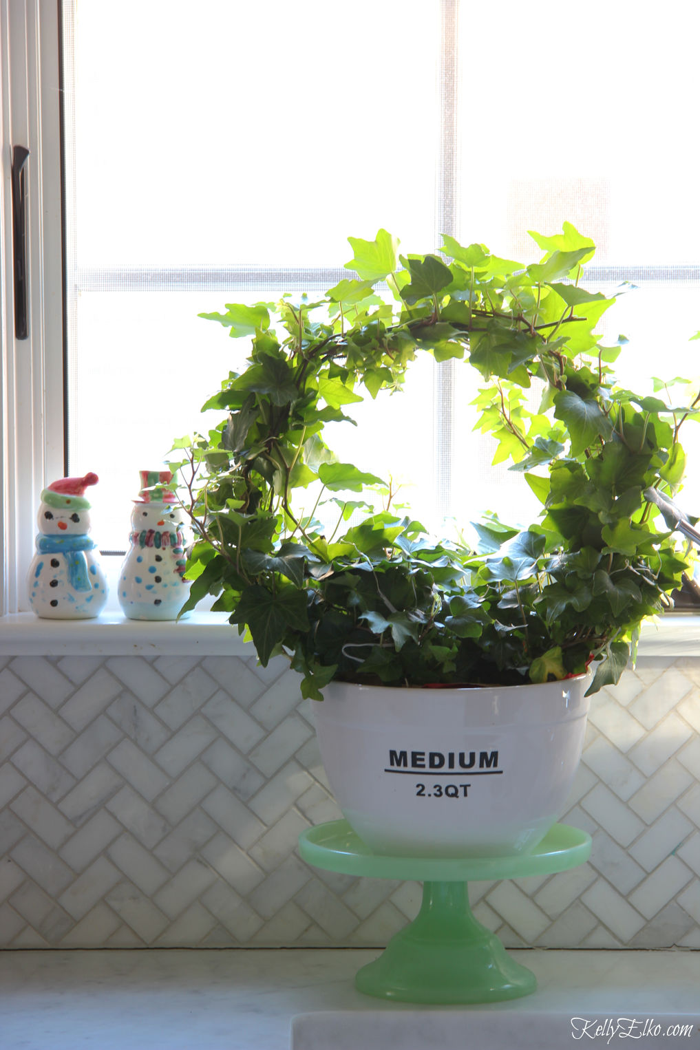Ivy topiary in a cute bowl kellyelko.com #topiary #ivy #plantlady #houseplants #christmaskitchen