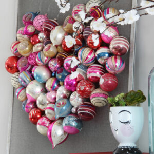Christmas ornament Valentine heart screen kellyelko.com #valentine #valentinescraft #valentinesday #heart #christmasornaments #ornaments #shinybrites #diycraft #valentinedecor
