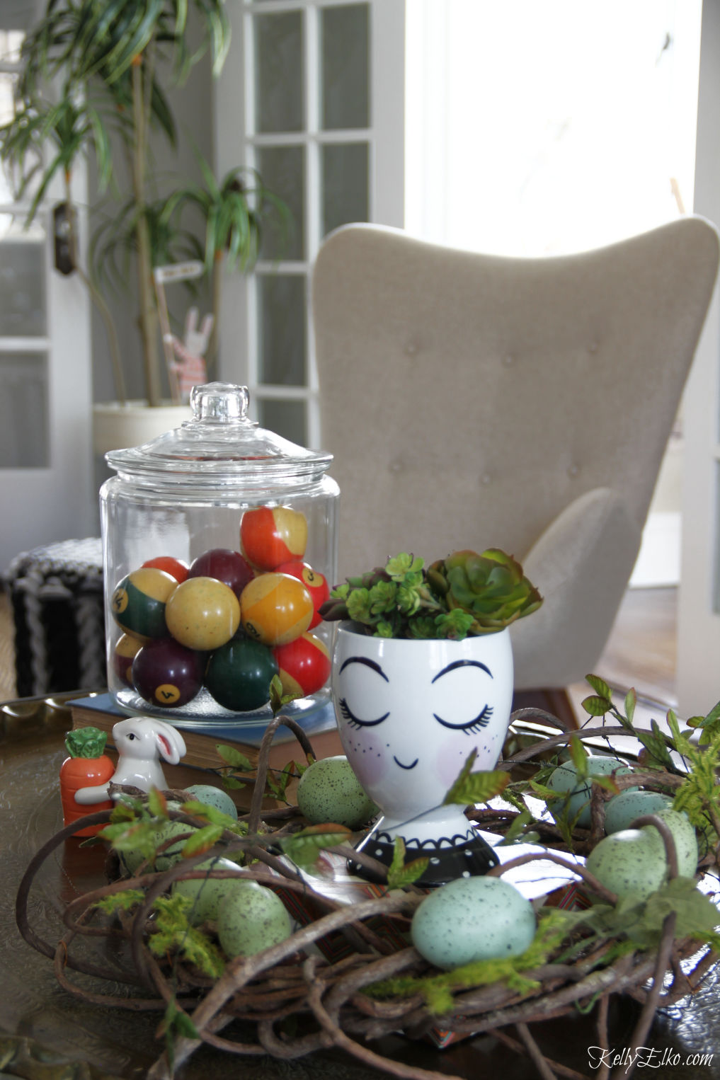 Love this fun spring coffee table display kellyelko.com #springdecor #easterdecor #vintagedecor #easterdecor #vignettes
