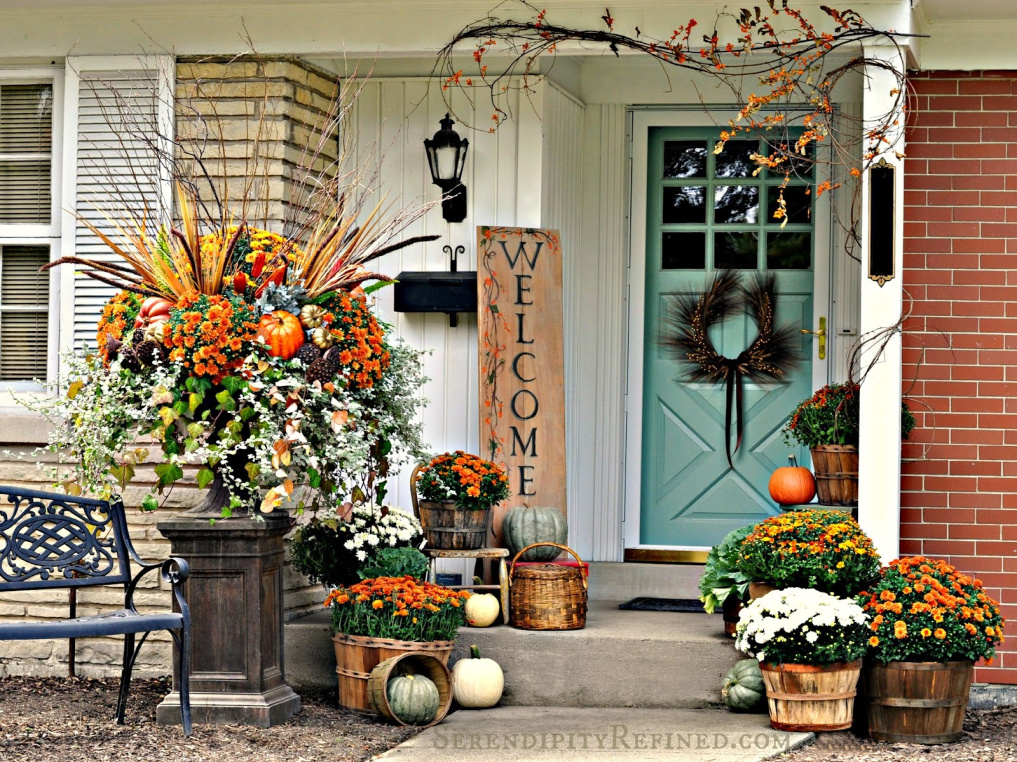 10 Beautiful Fall Porches - love the huge planting in the urn kellyelko.com #fall #fallporch #falldecor #falldecorating #mums #pumpkins #fairylights #porch #frontporch #curbappeal #autummdecor #autummporch #fallplanter