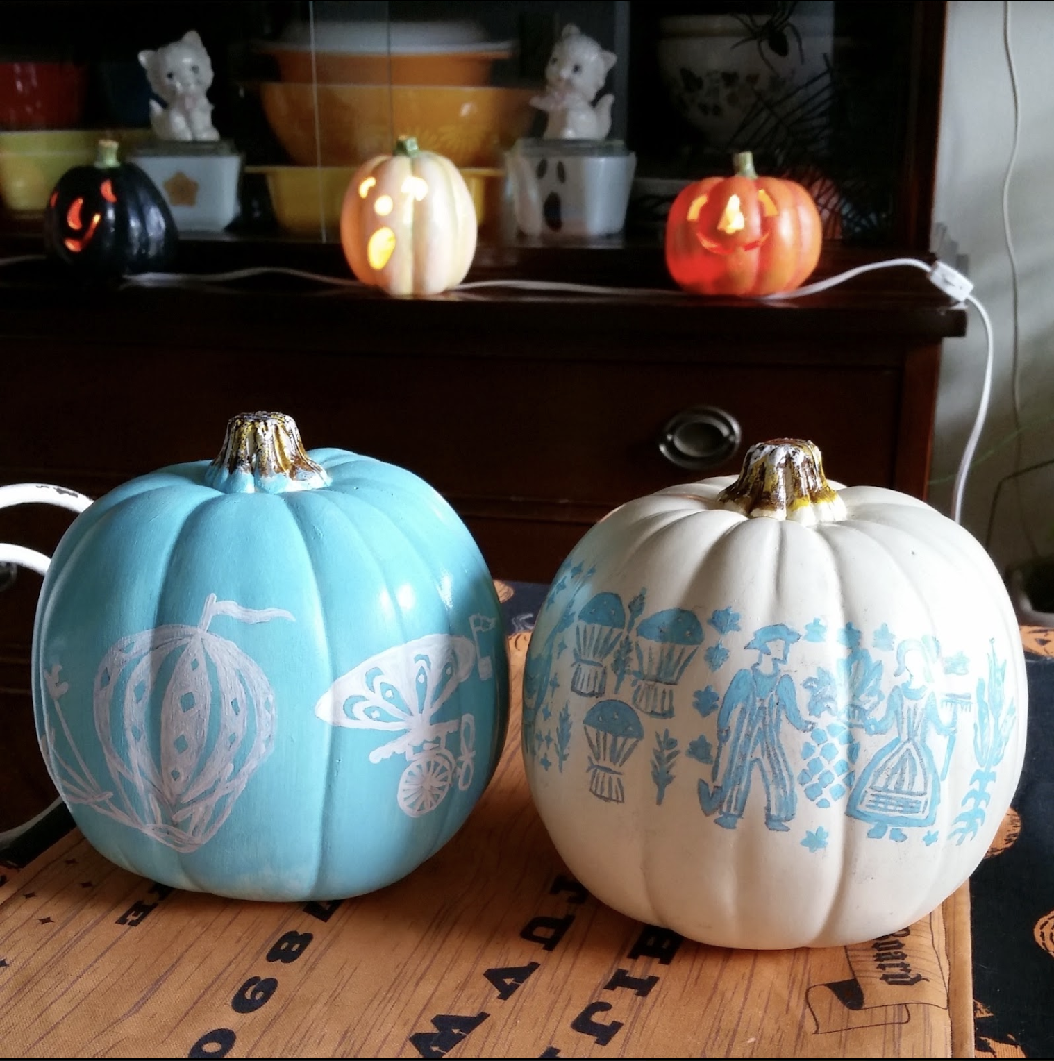 How to make Pyrex painted pumpkins kellyelko.com #pyrex #vintage #fallcrafts #pumpkincrafts #paintedpumpkins #turquoise