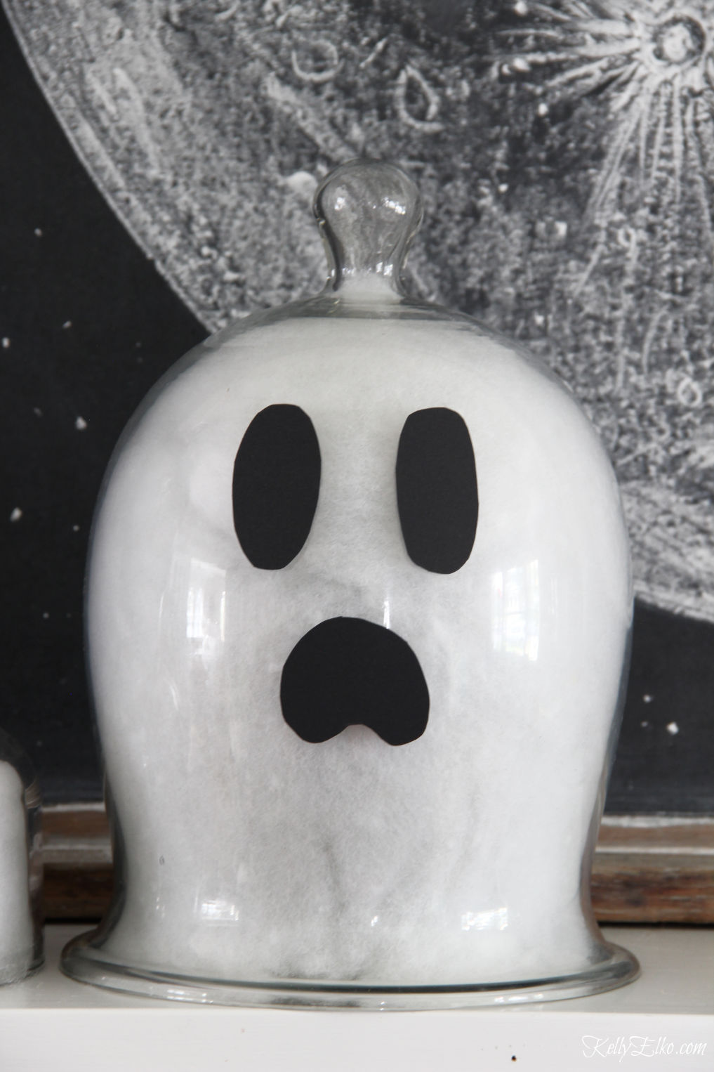 DIY Cloche Ghosts - what a fun Halloween craft kellyelko.com #halloween #halloweencrafts #halloweendecor #halloweendecorations #diyhalloween #diyhalloweendecorations #ghosts