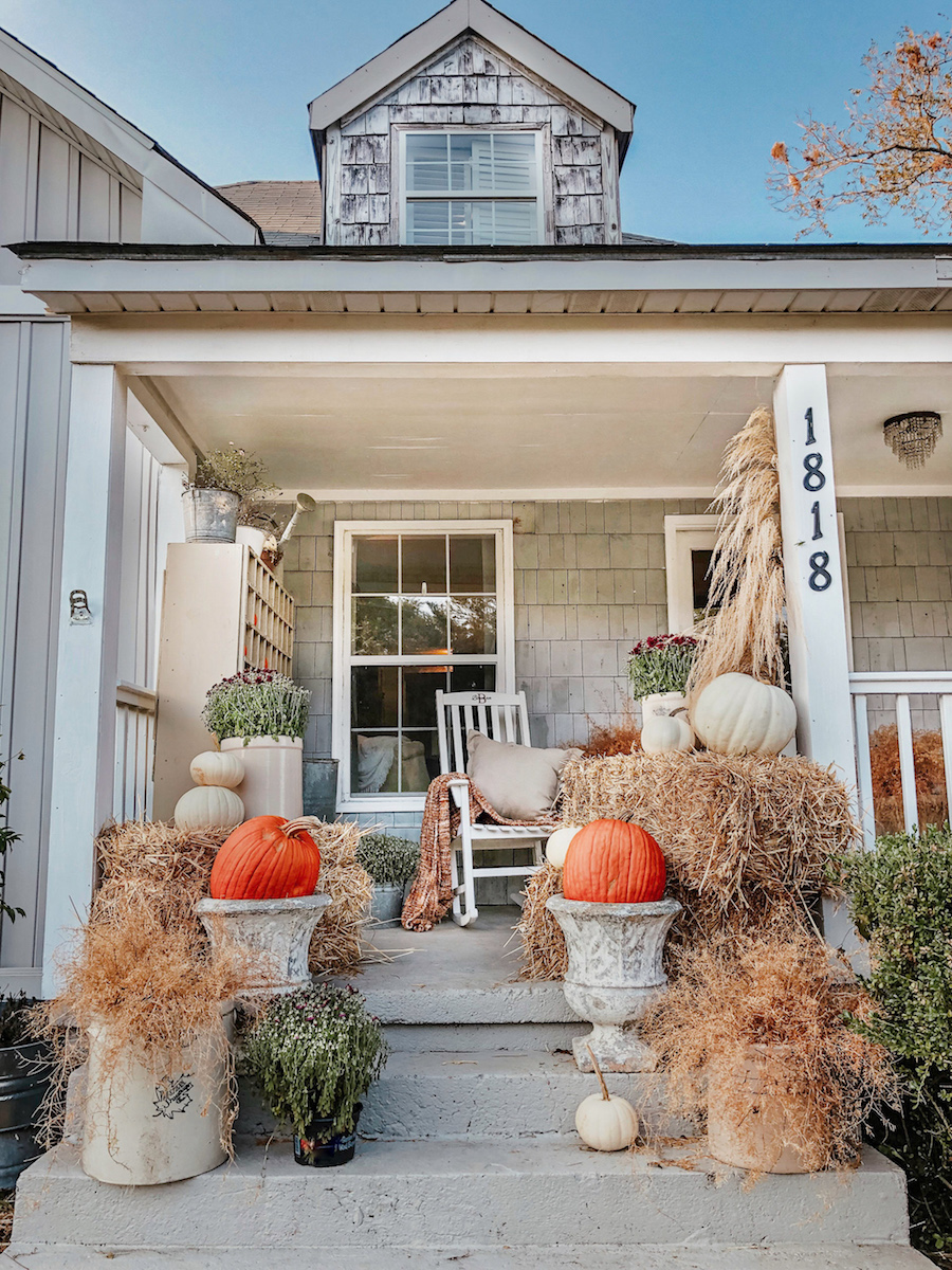 Eclectic Home Tour Karlee Bowman - tour this beautiful old farmhouse kellyelko.com #farmhouse #farmhousedecor #fallporch #falldecor #falldecorating #farmhouseporch #pumpkins #vintagedecor
