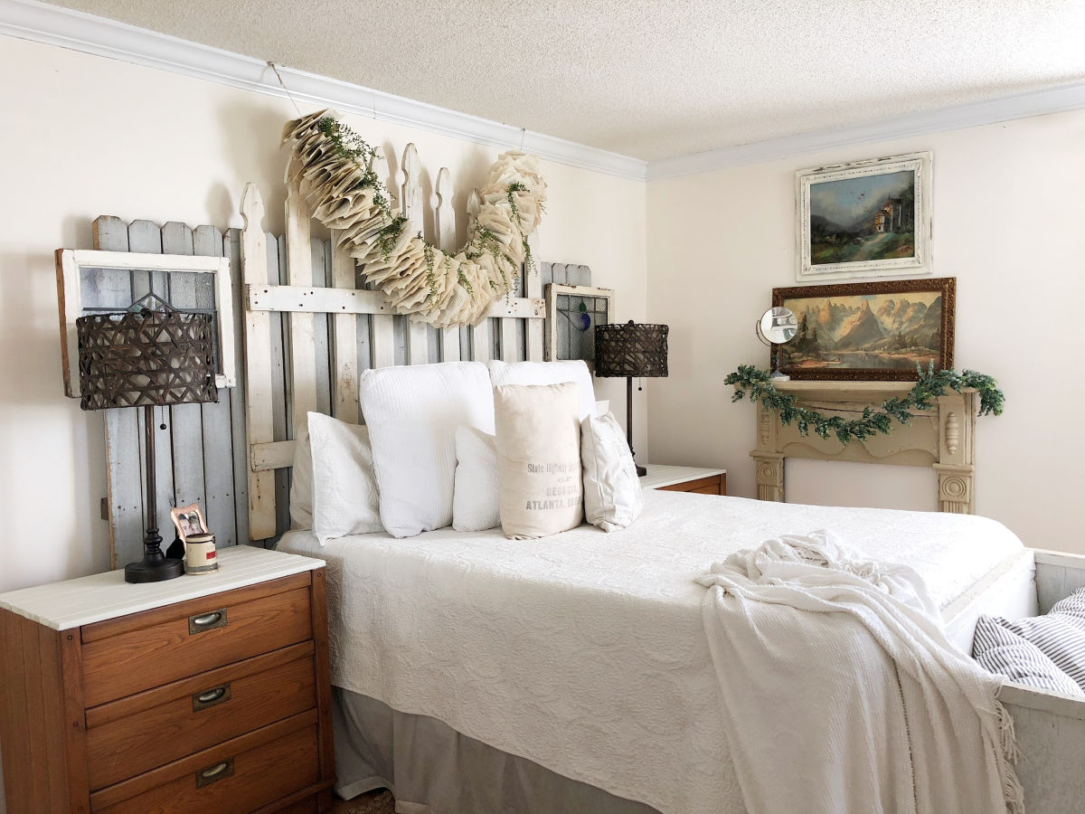 Farmhouse bedroom with DIY picket fence headboard kellyelko.com #farmhousedecor #farmhousebedroom #farmhousestyle #diyheadboard #diyideas #vintagedecor #neutraldecor #farmhousebedroom #neutralbedroom