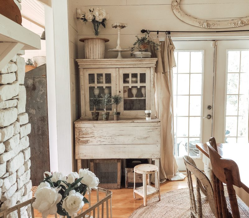 Beautiful farmhouse dining room with shiplap walls and neutral decor kellyelko.com #farmhousedecor #farmhousestyle #diningroom #diningroomdecor #vintagedecor