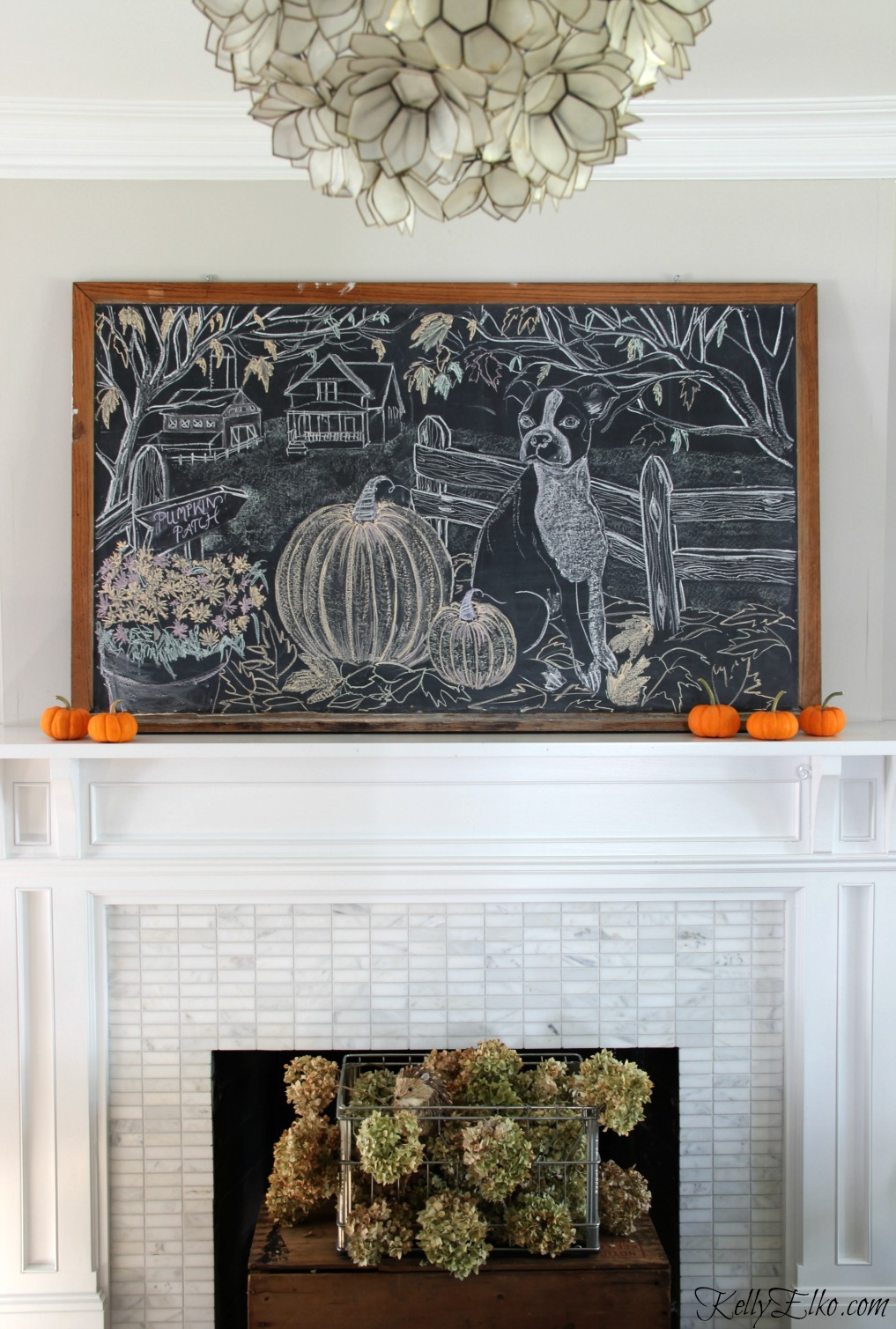 Free Chalkboard Art Printable - such a fun farmhouse fall scene kellyelko.com #printable #freeprintable #farmhousedecor #fallmantel #farmhousefall #manteldecor #vintagedecor #hydrangeas #pumpkins