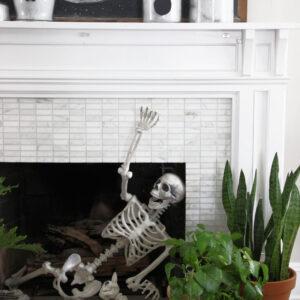 DIY cloche ghosts Halloween centerpiece kellyelko.com #halloween #halloweendecor #halloweenmantel #halloweencrafts #diycrafts #ghosts #ghostcrafts #skeleton