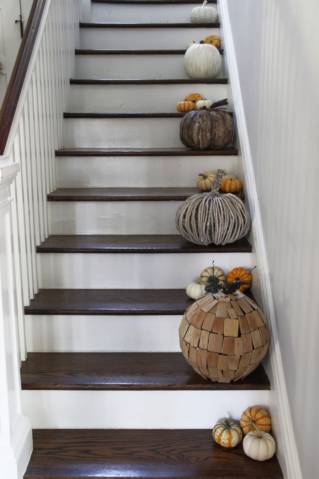 Vintage lovers fall home tour - love the neutral pumpkins on the stairs with colorful mini gourds kellyelko.com #fall #falldecor #falldecorating #fallfoyer #foyer #staircase #neutralfall #neutralfalldecor #neutraldecor #pumpkins #autumndecor #autumndecorating #pumpkindecor #fallhometour