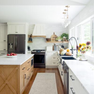 Eclectic Home Tour Grace in My Space kellyelko.com #kitchen #farmhousekitchen #whitekitchen #hometour