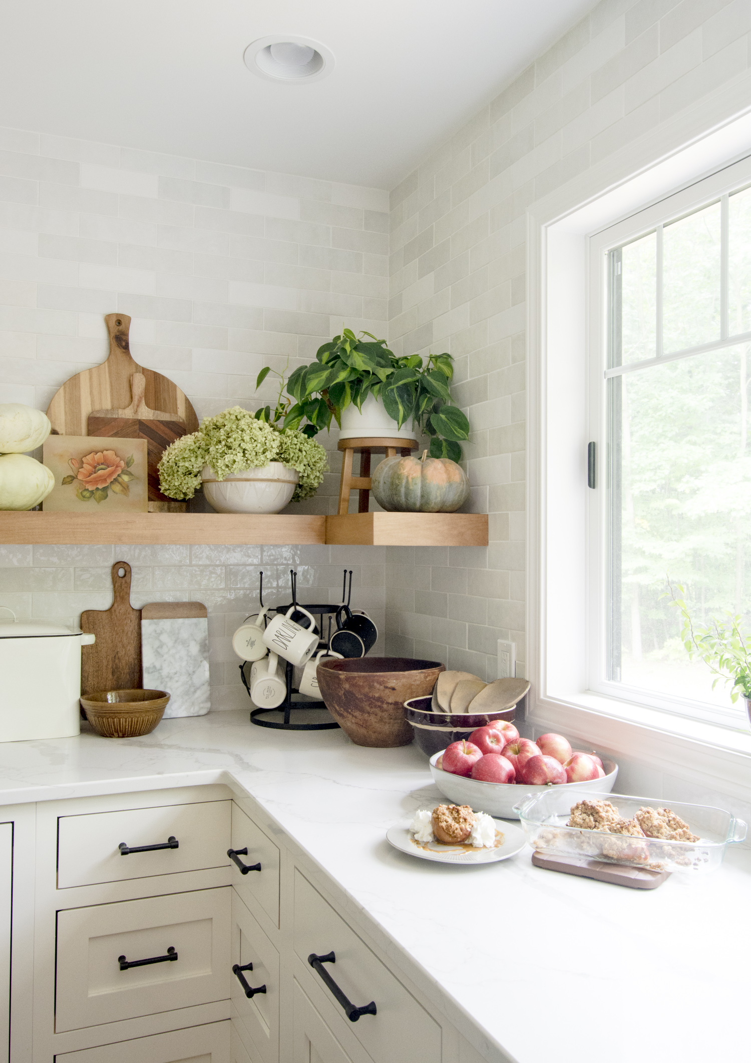 Love the corner open shelves in this farmhouse kitchen kellyelko.com #kitchen #kitchendecor #kitchenshelves #farmhousekitchen #neutraldecor #backsplash