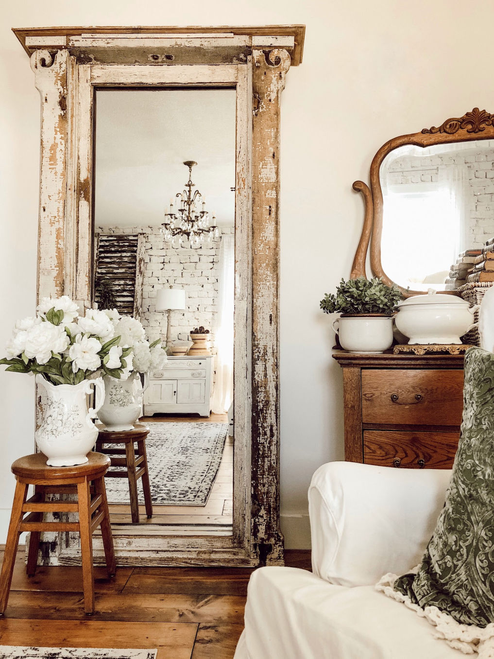 Farmhouse bedroom with architectural salvage turned mirror #farmhousedecor #vintagedecor #farmhousestyle #farmhousebedroom