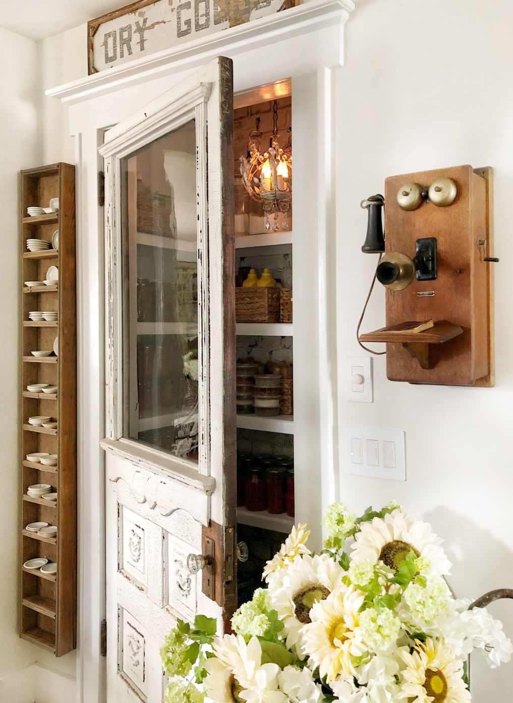 Love this antique pantry door in this farmhouse kitchen #farmhouse #pantry #pantrydoor #farmhousestyle #vintagekitchen #vintagedecor #repurpose