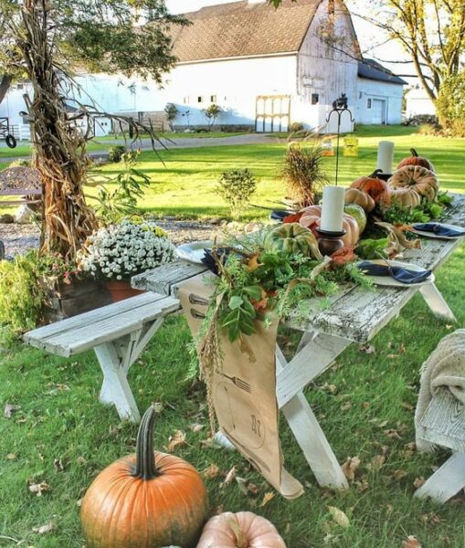 Fall outdoor party with beautiful pumpkin centerpiece kellyelko.com #fall #falldecor #fallparty #falltable #farmhousedecor #farmhousestyle #barn #vintagedecor