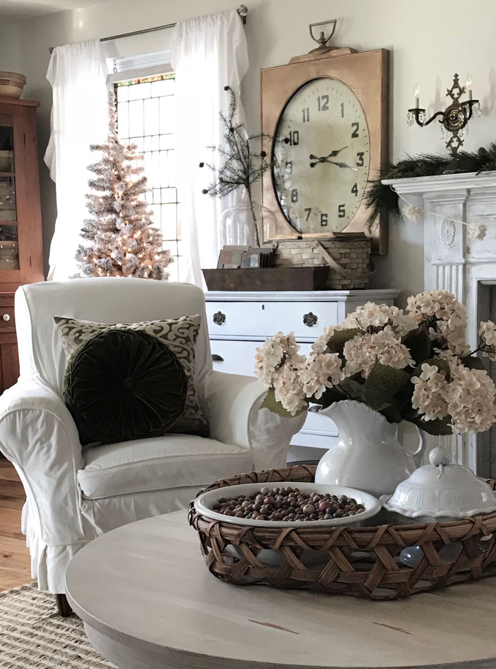 Farmhouse Christmas #farmhouse #farmhousechristmas #farmhousedecor #neutraldecor #cottagestyle #vintagedecor #vintagechristmas