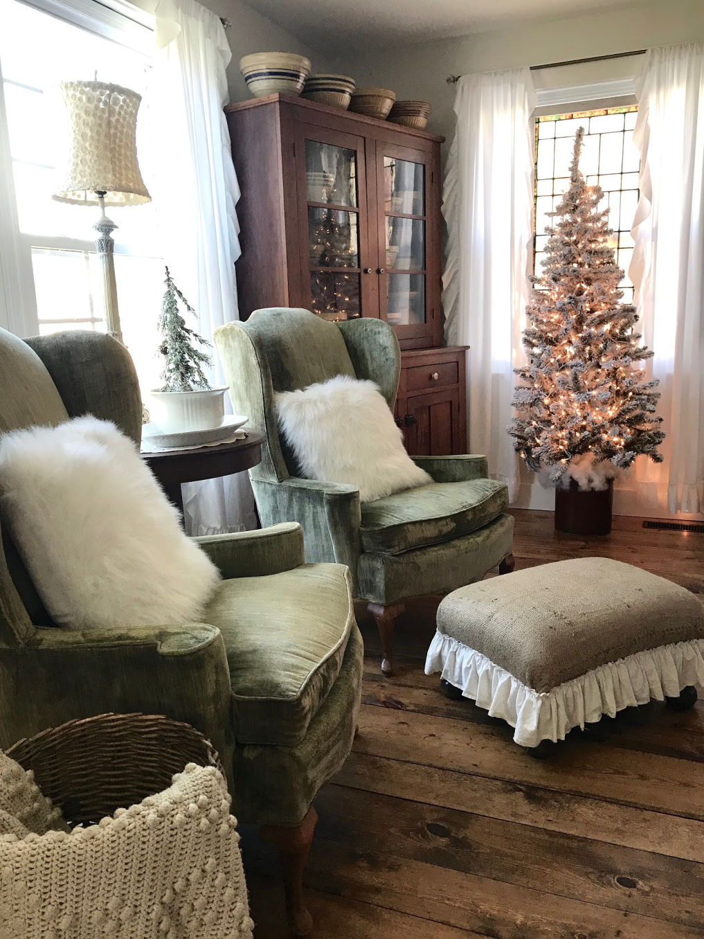 Cozy vintage velvet chairs in this farmhouse family room #christmasdecor #christmastrees #vintagedecor #farmhousestyle #farmhousedecor #neutraldecor #farmhousechristmas