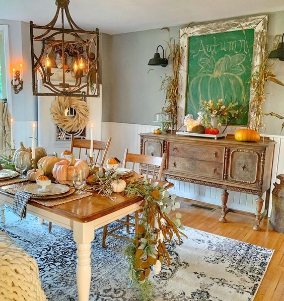 Cozy dining room for fall kellyelko.com #fall #falldecor #falldiningroom #vintagedecor #fallcenterpiece #fallart #chalkboard #farmhouse #farmhousestyle