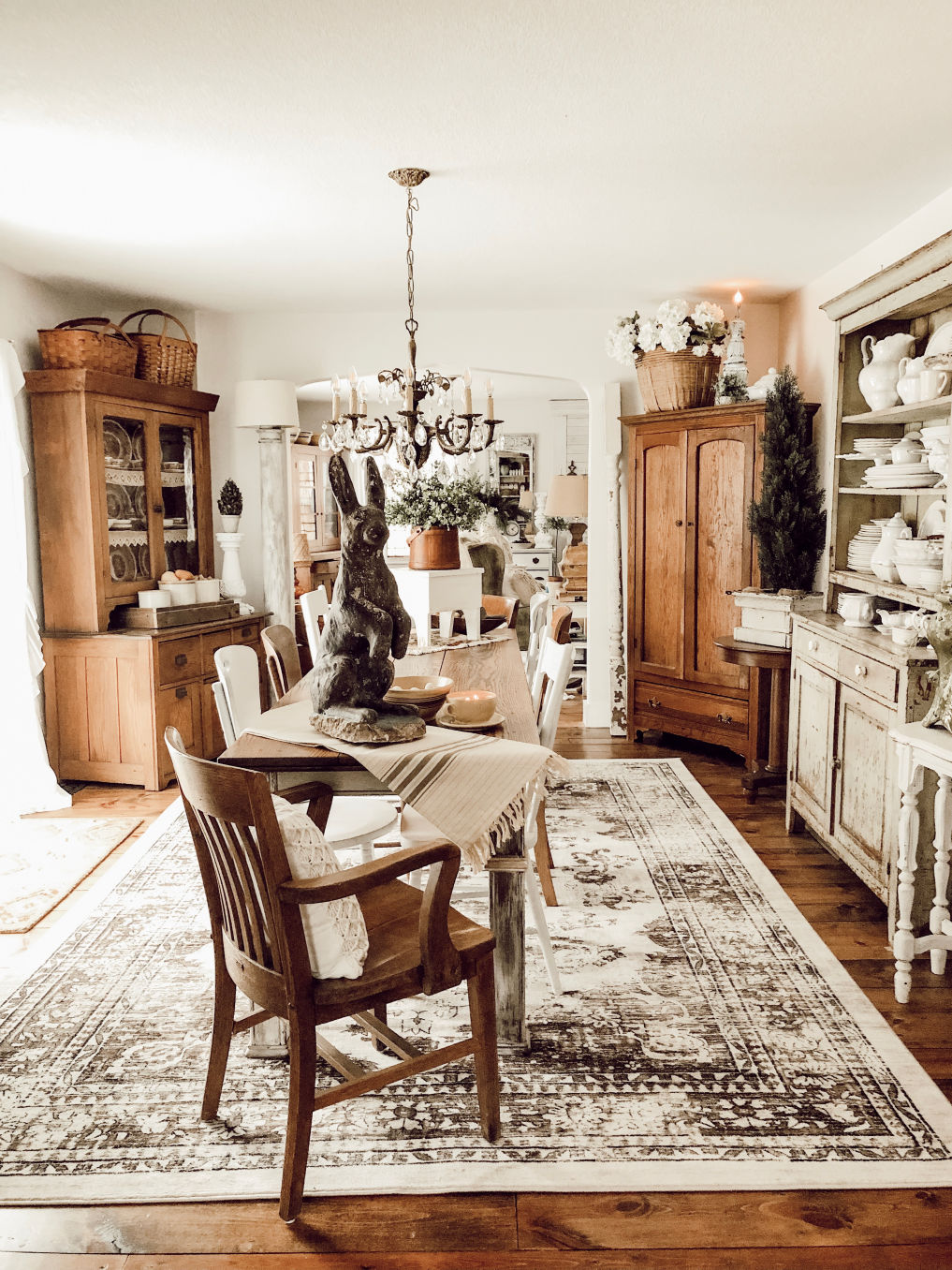 Love this vintage dining room with mismatched chairs and hutches #diningroom #vintagedecor #vintagestyle #diningroomdecor #farmhousestyle #farmhousediningroom #farmhousedecor