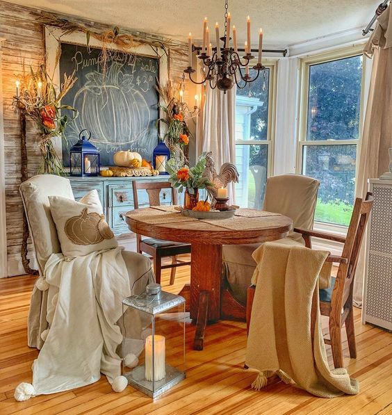 Beautiful fall dining room kellyelko.com #fall #falldecor #falldiningroom #farmhouse #farmhousedecor #chalkboard #chalkart #lighting #chandelier