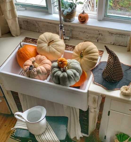 Pumpkins in a farmhouse sink kellyelko.com #farmhouse #pumpkins #farmhousesink #farmhousekitchen #vintagedecor #fall #falldecor