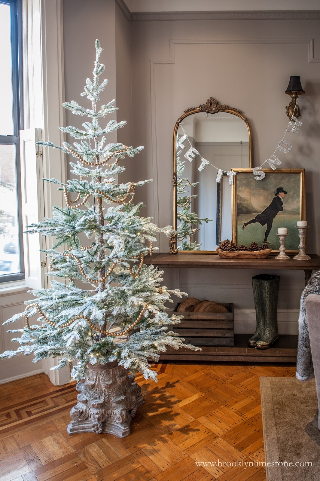 15 Sparse Christmas Trees - love this beautiful tree minimally decorated with wood bead garland kellyelko.com #christmas #christmastree #sparsechristmastree #vintagechristmas #christmasdecor #christmasedecorating #christmasdecoratingideas #farmhousechristmas #christmasornaments #neutralchristmas #silvertip #kellyelko