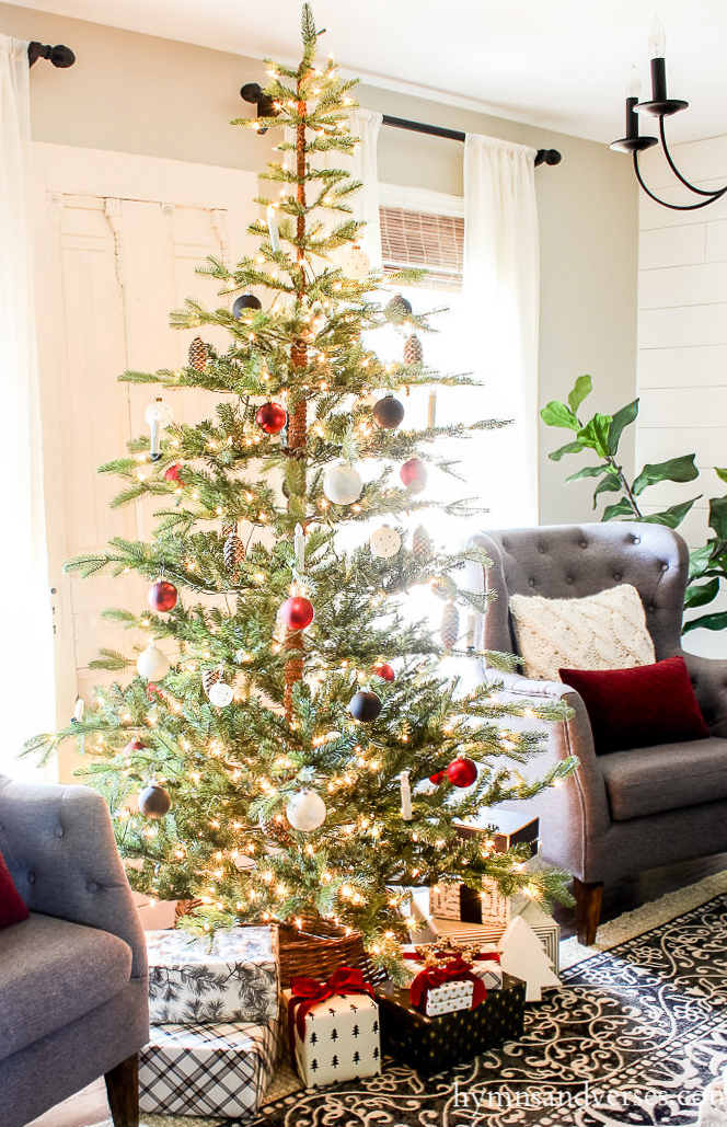 15 Sparse Christmas Trees - love this beautiful tree minimally decorated in red, white and black kellyelko.com #christmas #christmastree #sparsechristmastree #vintagechristmas #christmasdecor #christmasedecorating #christmasdecoratingideas #farmhousechristmas #christmasornaments #neutralchristmas #silvertip #kellyelko