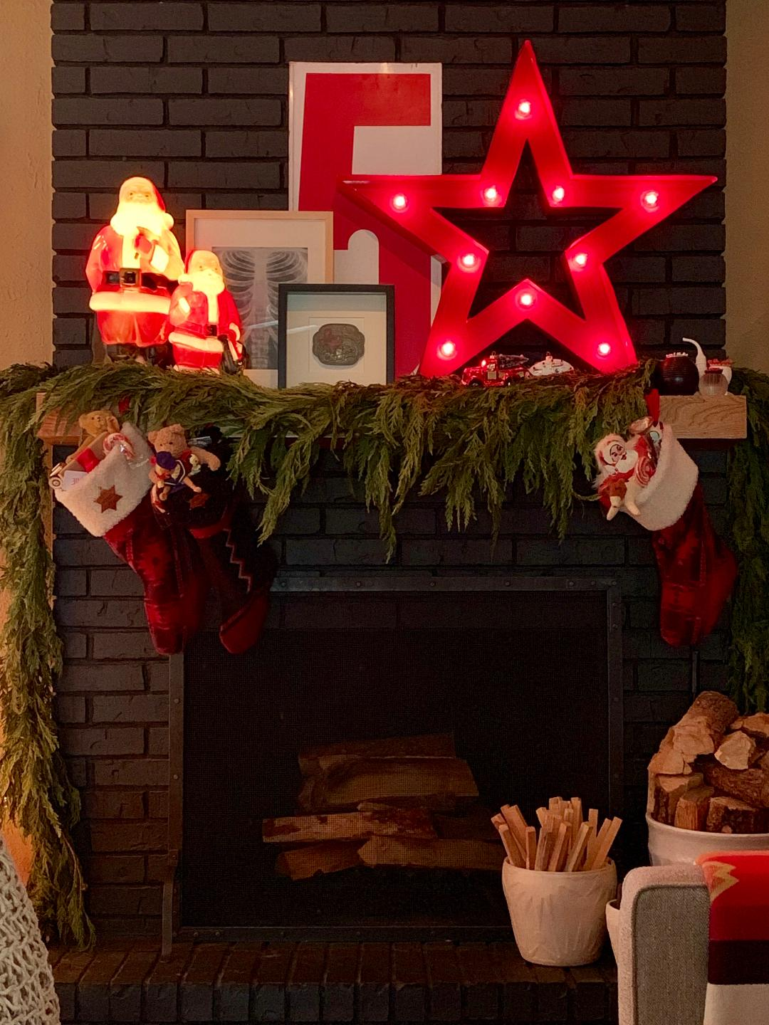 Love this Christmas mantel with Santa blow molds and star marquee light #mantel #christmasmantel #christmasdecor #vintagechristmas #blowmolds #christmasblowmolds #santa