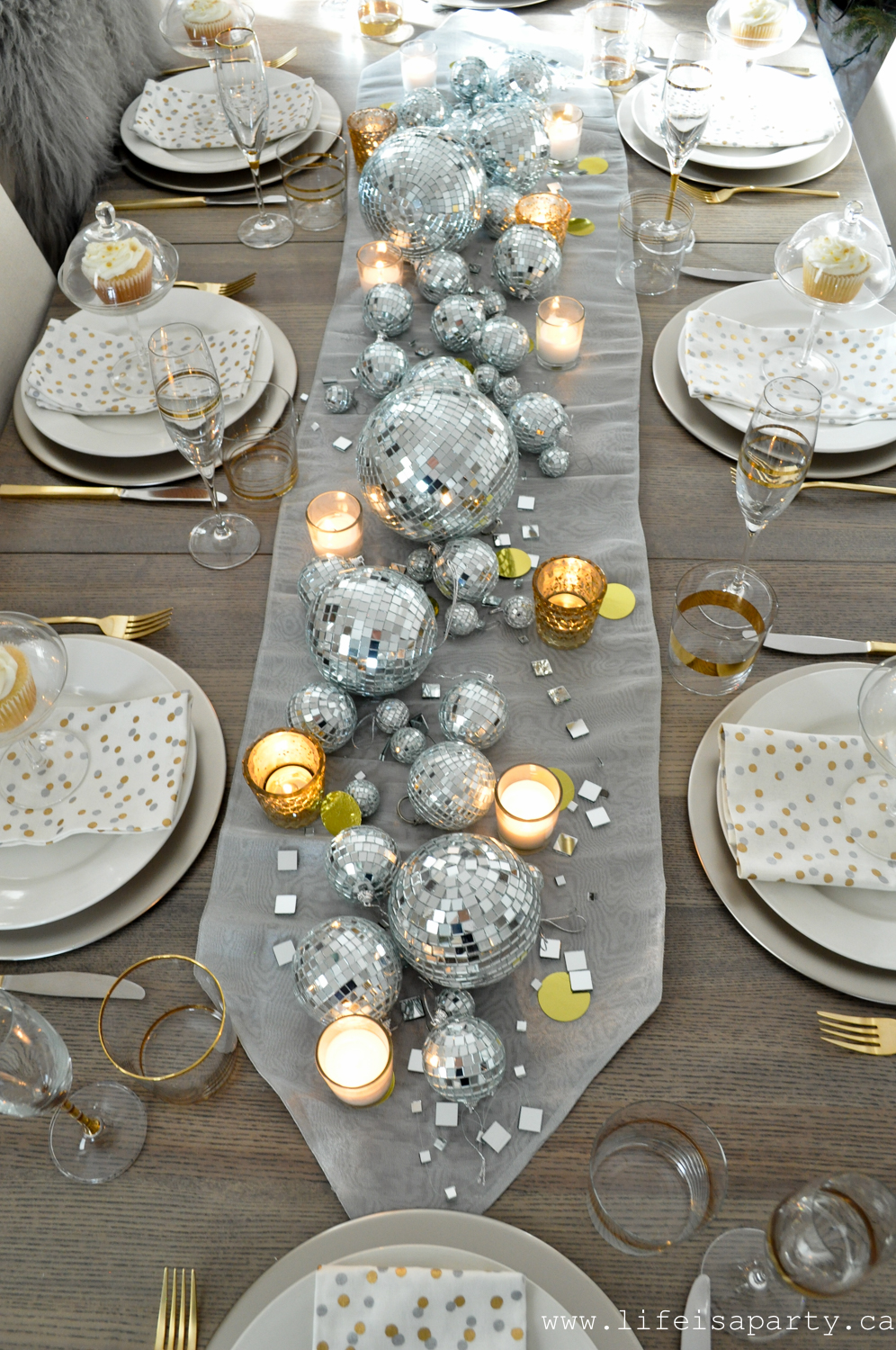 Love this disco ball New Year's Eve table #disco #discoball #newyearseve #newyearseveparty