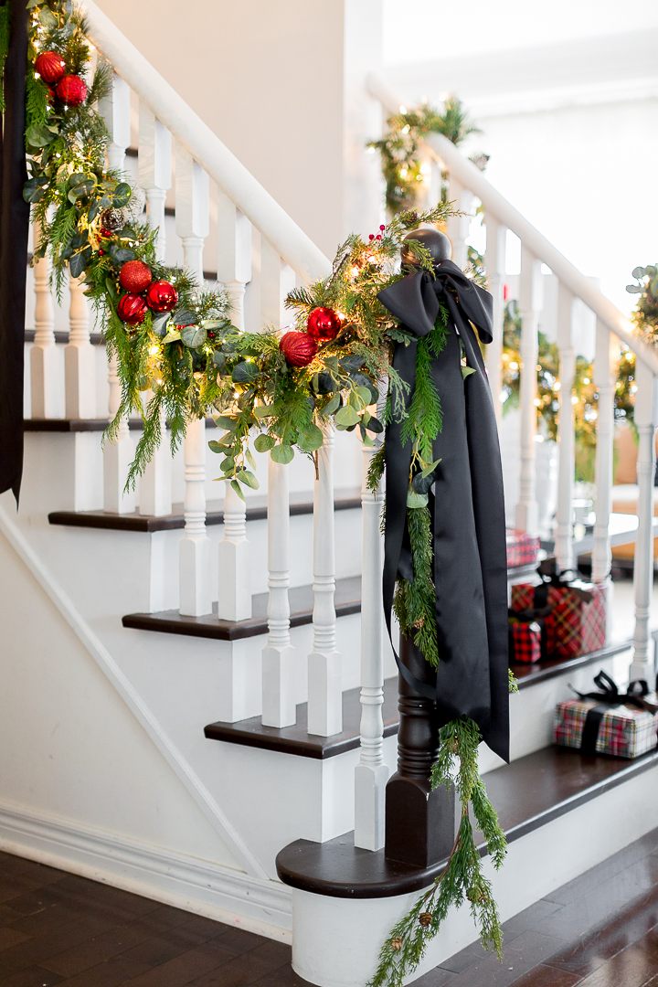 Festive Christmas Decorating Ideas - love the different types of greenery combined to create this gorgeous garland #christmas #christmasdiy #diychristmas #christmasgarland #bannister #christmasdecor