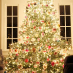 Christmas Night Tour kellyelko.com #christmastree #christmaslights #vintagechristmas #vintageornaments #shinybrite #kellyelko #christmasnightstour