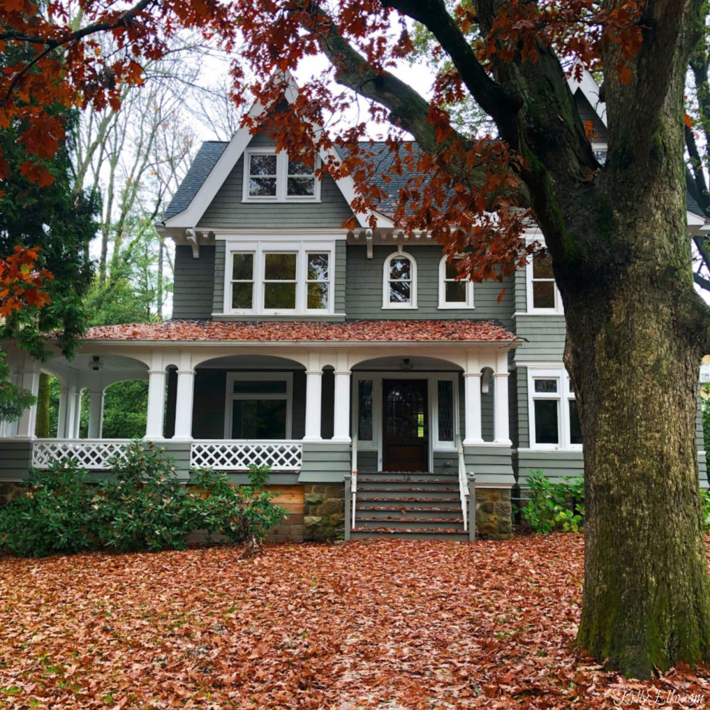 Beautiful old home covered in colorful fall foliage kellyelko.com #oldhome #oldhouse #architecture #curbappeal #fall #fallfoliage #fallleaves #kellyelko