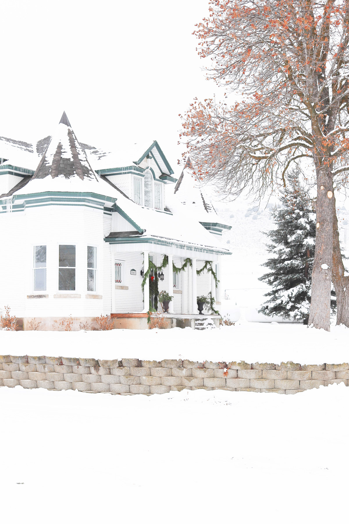 Tour this stunning Victorian home all decked out for Christmas #victorian #snowfall #porch #farmhouse #christmasdecor