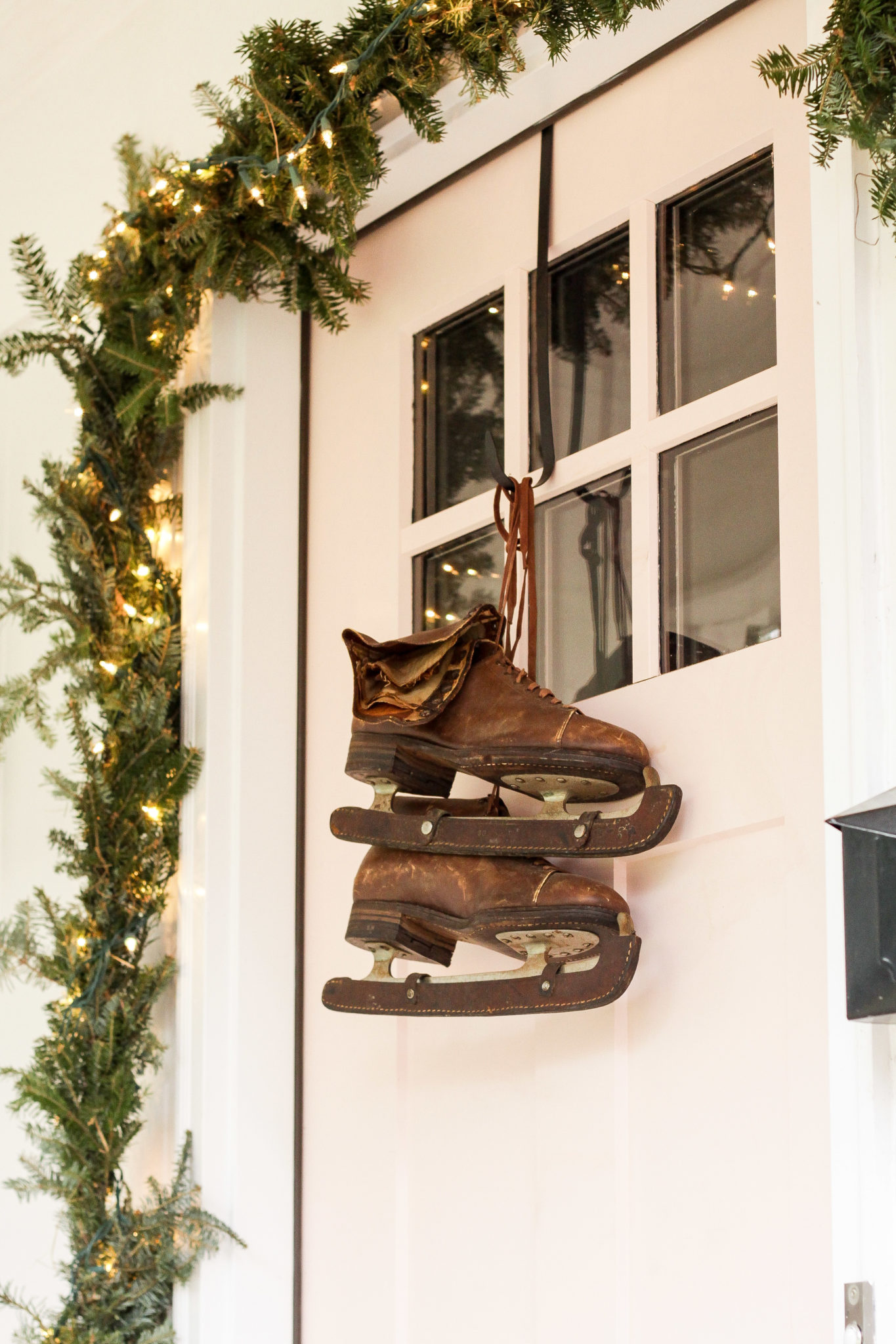 Festive Christmas Decorating Ideas - love these antique ice skates instead of a wreath #vintagechristmas #iceskates #christmaswreath #christmasdecor