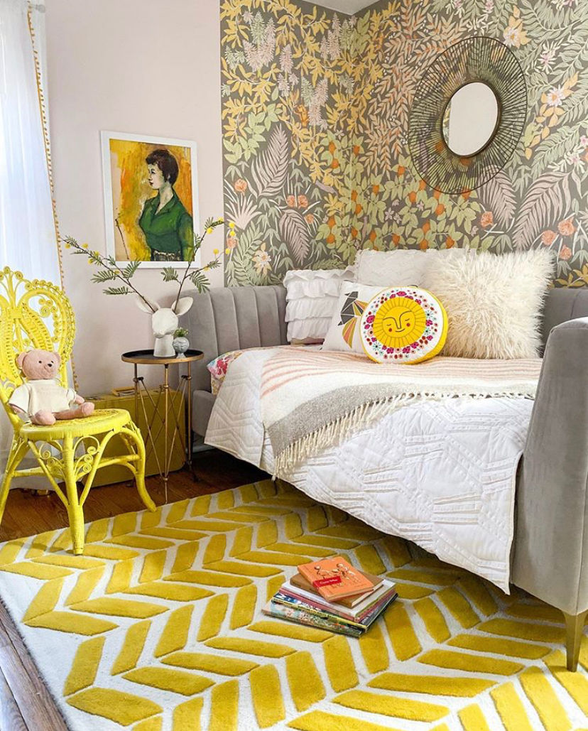 Colorful yellow bedroom with gray daybed #yellow #yellowbedroom #vintagedecor #vintagebedroom #vintagemodern