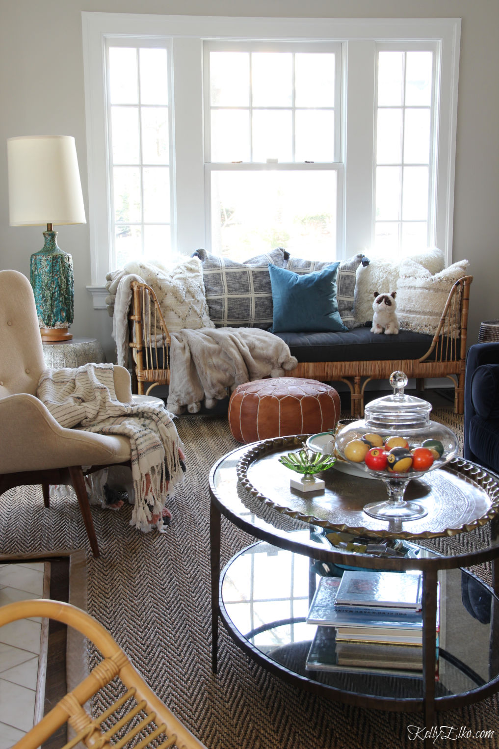 Love this eclectic, boho living room with a mix of vintage and new decor kellyelko.com #vintagedecor #bohodecor #rattanfurniture #vintagemodern #interiordesign #homedecor #livingroomdecor #livingroomfurniture #furnitureplacement #kellyelko