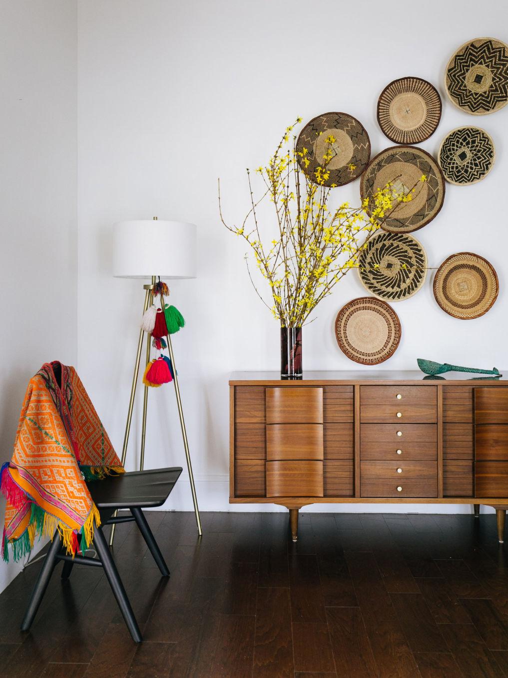 Beautiful basket gallery wall #baskets #basketwall #gallerywall #midcentury #midcenturymodern #vintagedecor #eclecticdecor #bohodecor #decorate
