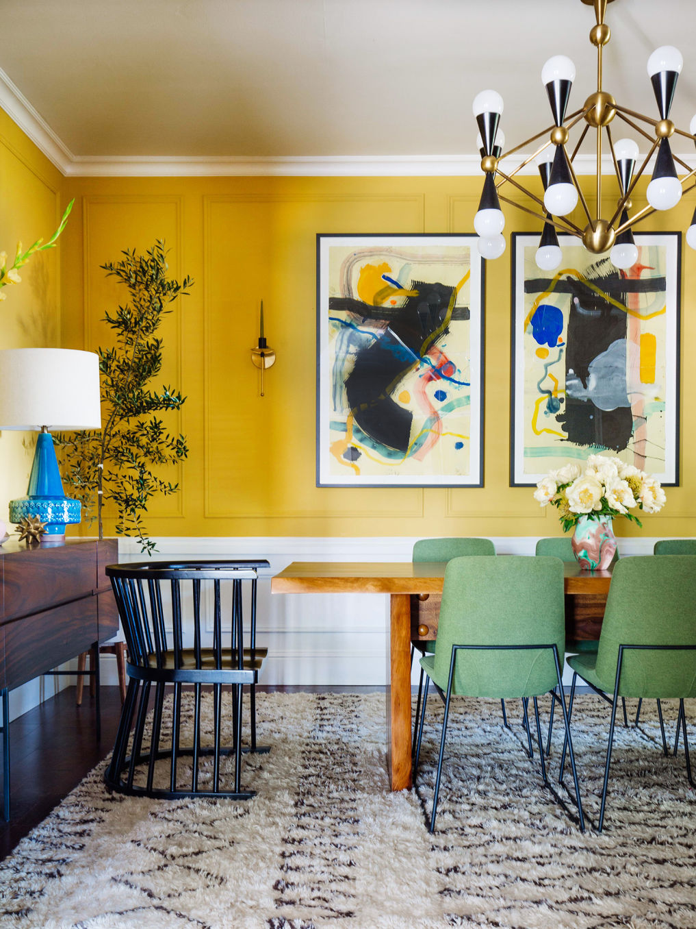 Color lovers! Love the yellow walls in this vintage modern dining room #diningroomdecor #diningroom #bohodecor #vintagemodern #lighting #chandelier