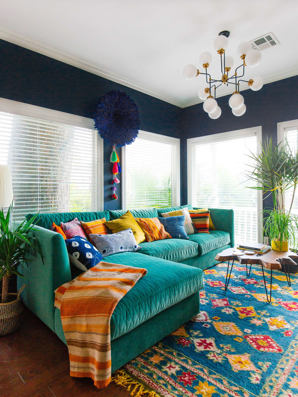 Navy blue walls and a green velvet sofa make this small room such a cozy space #blue #navyblue #naval #bohodecor #eclecticdecor #cozydecor #cozy #colorful #colorlover #bohodecor #vintagemodern #sunroom