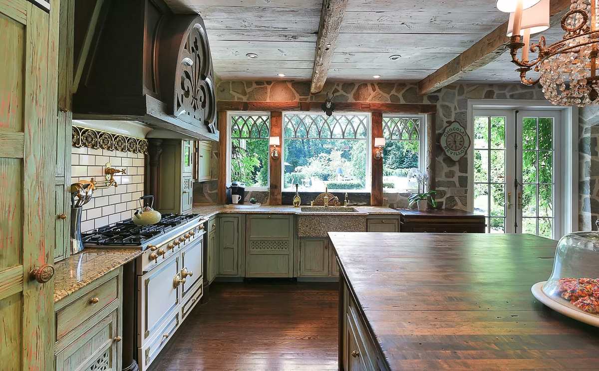 Old world kitchen with exposed beams #kitchen #countrykitchen #vintagekitchen #greenkitchen #kitchen #rustickitchen #woodbeams