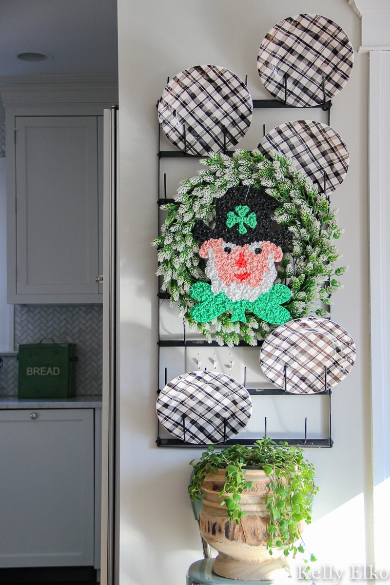How fun is this vintage melted popcorn Leprechaun wreath for St Patrick's Day kellyelko.com #stpatricksday #stpaddysday #leprechaun #vintagedecor #vintage #wreath #diywreath #kitchendecor #plaid #farmhousekitchen #kellyelko