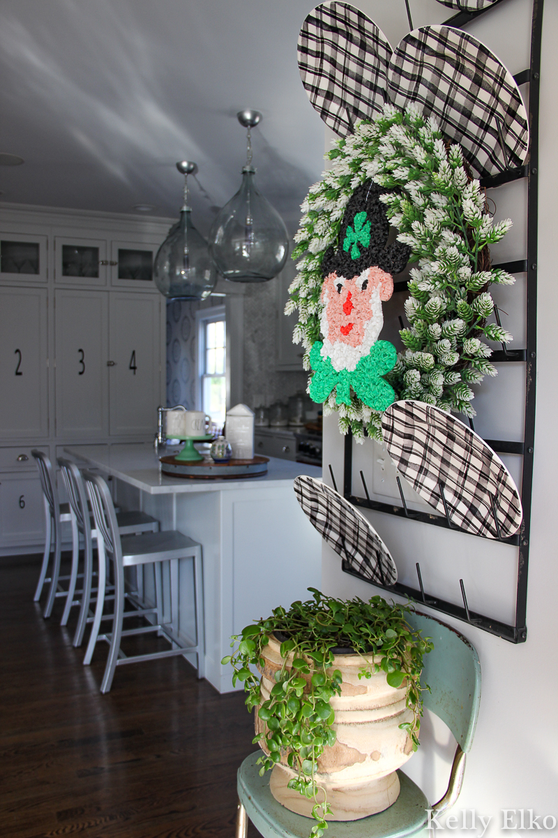 Love this cute Leprechaun wreath for St. Patrick's Day kellyelko.com #farmhousedecor #leprechaun #stpatricksday #stpaddysday #stpatricksdecor #whitekitchen #kitchen #plaid